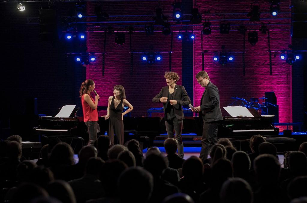 Philipp Maiburg und Laura Gerards-Iglesias führten durch den Abend